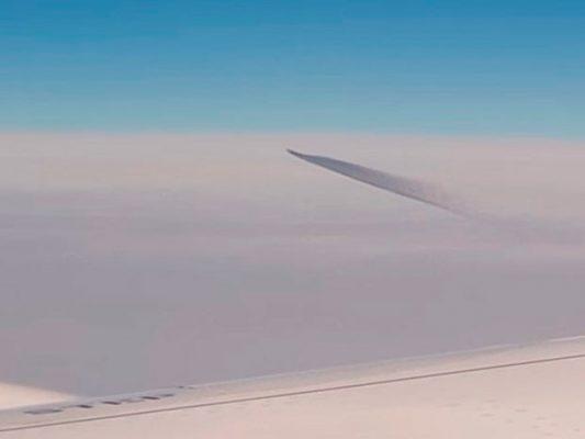 [VIDEO] | Pasajeros de un avión captan a un OVNI sobrevolando el mar