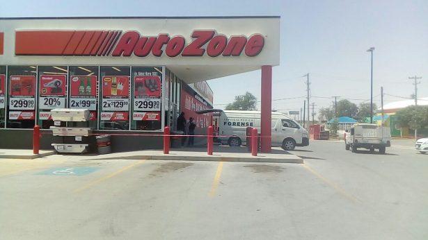 Asesinan a hombre en el exterior de un AutoZone