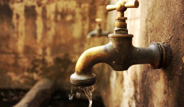 Algunas colonias no tienen agua; en otras, hay fugas