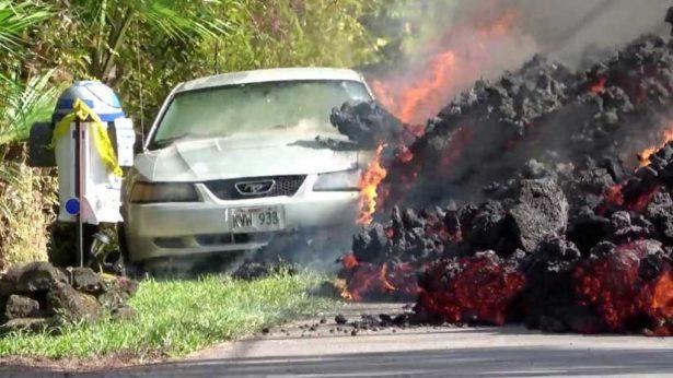 VIDEO: Avalancha de lava devora un vehículo en Hawái