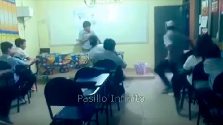 [VIDEO]   'Fantasma' aterra a estudiantes durante una exposición