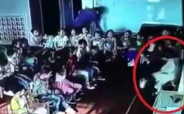 [VIDEO] Maestra golpea y arrastra ferozmente a niña de 5 años