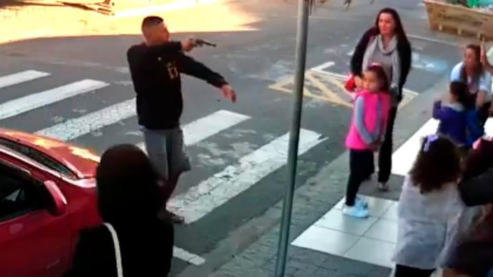 [VIDEO]   Irrumpió sujeto armado en reunión de niños y una mamá lo derriba