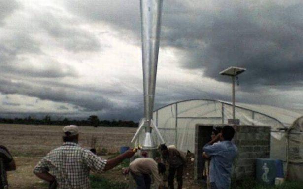 Manzaneros alejan lluvias con cañones antigranizo