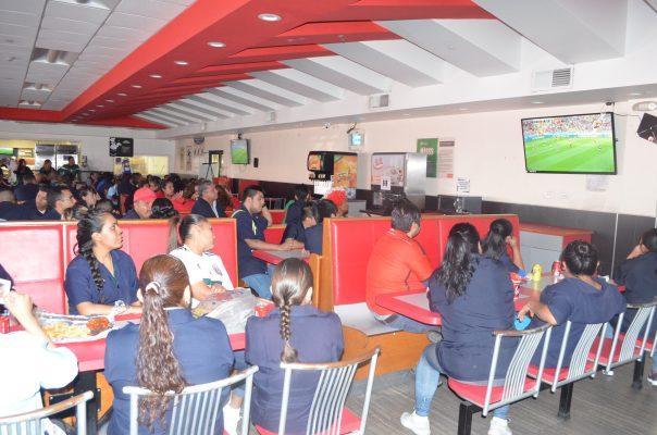 byn cafeteria 604x400 - Pararon labores para ver partido de México en Maquiladoras