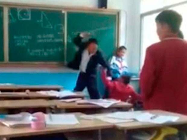 Video | Profesor da brutal golpiza a alumno