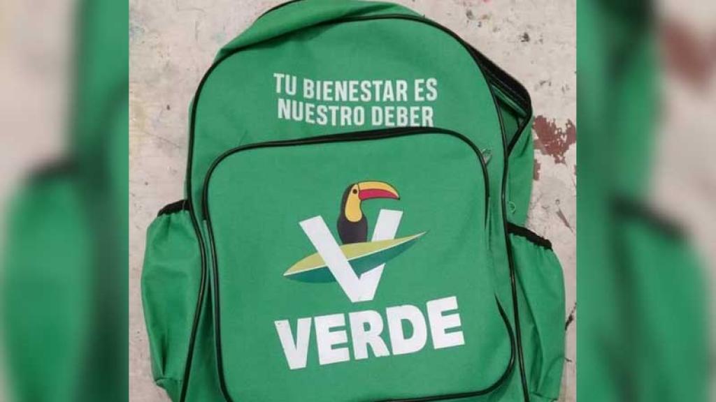 Foto   Transforman mochila del Partido Verde en una obra de arte