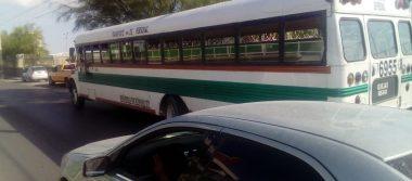 'Estrangula' camión de personal tráfico en el Eje Vial