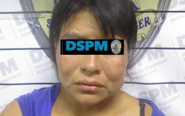 Rescatan policías a otra niña en aparente descuido y arrestan a su madre