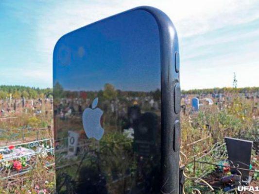 FOTO | Joven es enterrada con una lápida en forma de iPhone