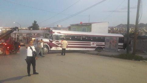 Camión se queda sin frenos y se estrella contra vivienda