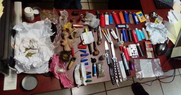 Traían alumnos de prepa navajas, pipas, restos de droga y medicamentos