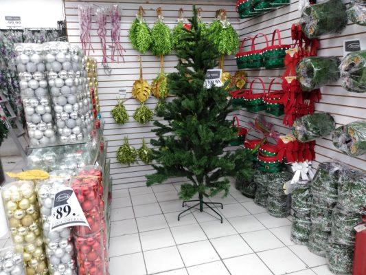 Ofertan productos de Halloween y el Día de Muertos y hasta de navidad