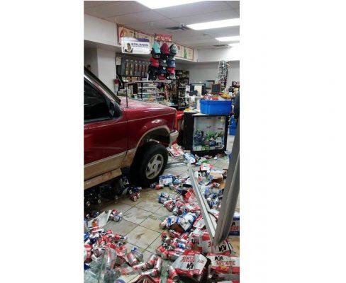 Mujer se impacta contra tienda de conveniencia