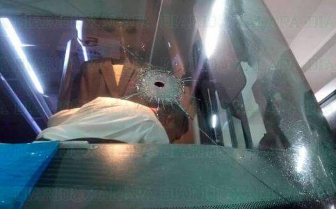 Chofer evita asalto; ordena a pasajeros agacharse mientras pisa el acelerador