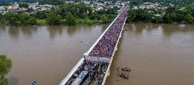 Luego del caos, migrantes hondureños ingresan a México
