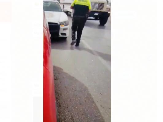 """Agente de tránsito que aparece en video recibiendo """"mordida"""" fue separado de su cargo"""