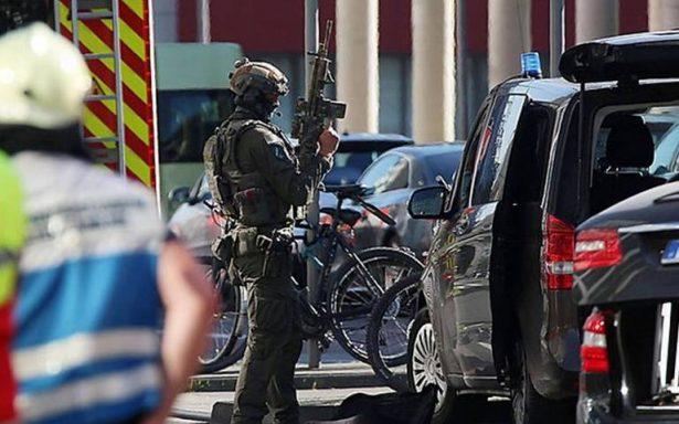 Hombre presuntamente armado toma como rehén a una mujer en Alemania