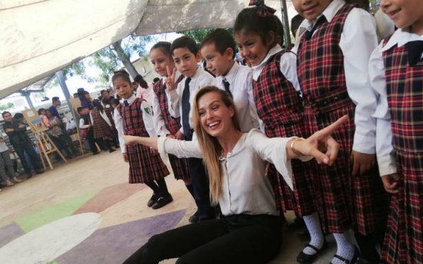 Entrega supermodelo Petra Nemcova escuela en Jojutla