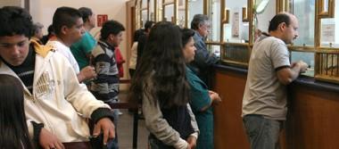 Regreso a clases aumenta las filas en las casas de empeño