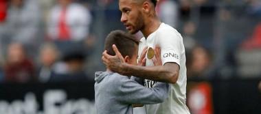 El lindo gesto de Neymar con un niño que se coló llorando al campo