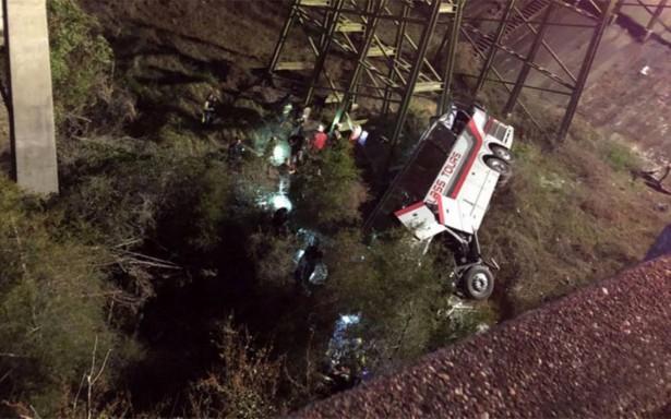 Autobús escolar en EU cae a un barranco; deja un muerto y varios lesionados