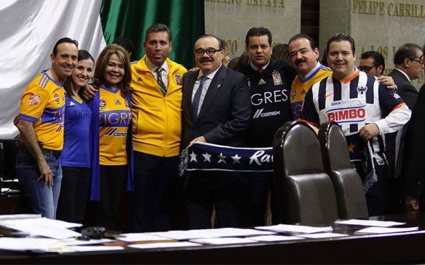 Rueda el balón en San Lázaro… Se 'enfrentan' diputados por final Tigres vs Monterrey
