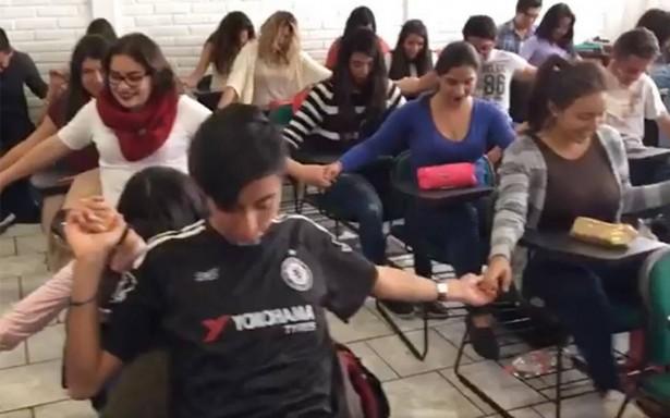 ¿Milagro? Estudiantes rezan a Dios para aprobar examen y !lo logran!