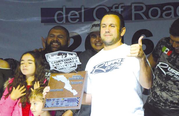 EL campeón de los trophy trucks, Andrés Ruffo habló a nombre de sus compañeros y pidió un mayor apoyo por parte de las autoridades. / El Sudcaliforniano