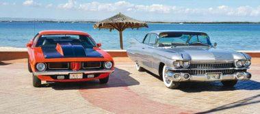 Exposición de autos antiguos en el malecón