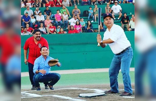 """El alcalde Francisco Pelayo, acompañado del diputado local Edson Gallo Zavala, inauguró el Campeonato Estatal de Beisbol en el estadio Rodolfo """"Fito"""" Montaño. / El Sudcaliforniano"""