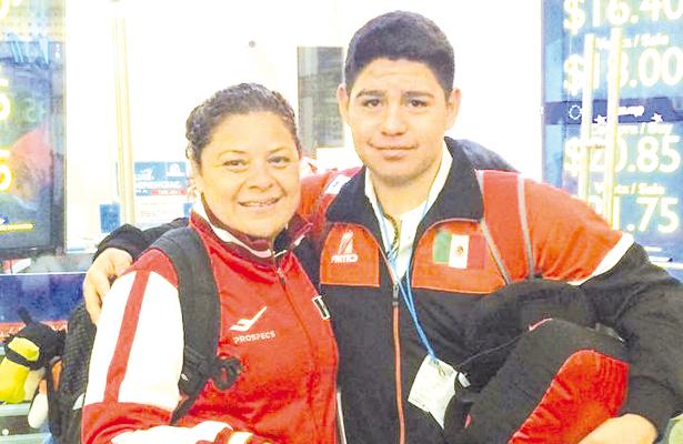EL taekwdoín Eduardo Guluarte Agúndez y la juez Verónica Cid Martínez están ya en Egipto donde se desarrollará el Campeonato Mundial Cadetes. / El Sudcaliforniano