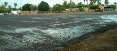 Alcaldesa loretana y vecinos dialogan sobre empastado del campo de futbol