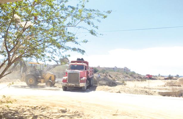 Retiran asfalto de arroyo Salto Seco