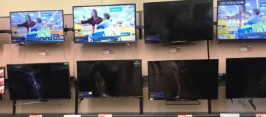Ingresa a tienda departamental en La Paz y destroza pantallas