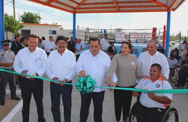 EL Gobernador Carlos Mendoza Davis y el Presidente Municipal, Armando Martínez Vega efectuaron el corte del listón de inauguración del cuadrilátero de boxeo en este sector. (Villafuete) / El Sudcaliforniano