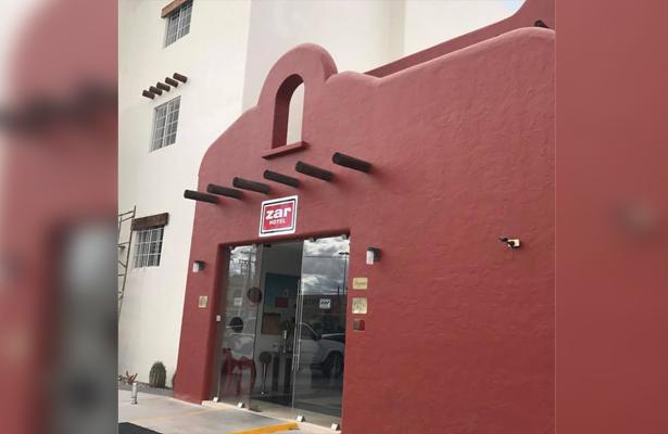 Denuncia huésped de hotel en La Paz, que la espiaban en el baño
