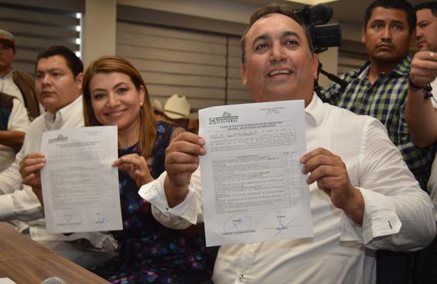Francisco Pelayo y Lupita Saldaña se registran como precandidatos al senado