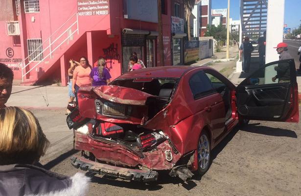 [Video] Dramático choque entre una revolvedora y dos autos