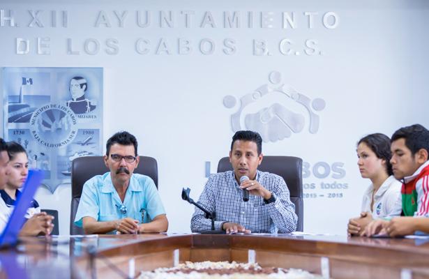 EL titular del deporte de Los Cabos, Salvador Zumaya encabezó el anunció de la entrega de becas. Cortesía / El Sudcaliforniano