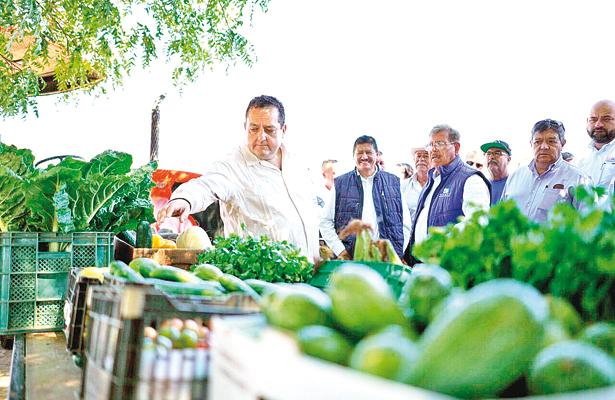 Entrega gobernador apoyos a productores agrícolas y pesqueros
