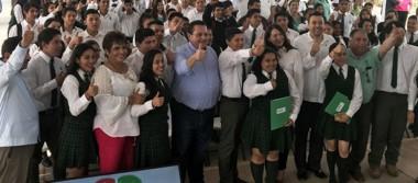 Gobernador entregó apoyos durante su gira por Loreto