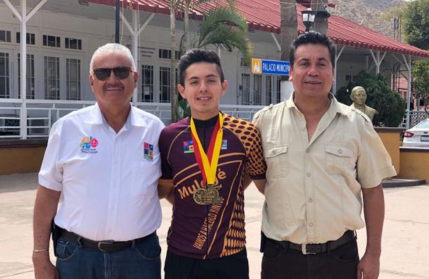Joshua, destacado ciclista,  acompañado por el Director del Deporte y su padre Arturo García. Cortesía / El Sudcaliforniano