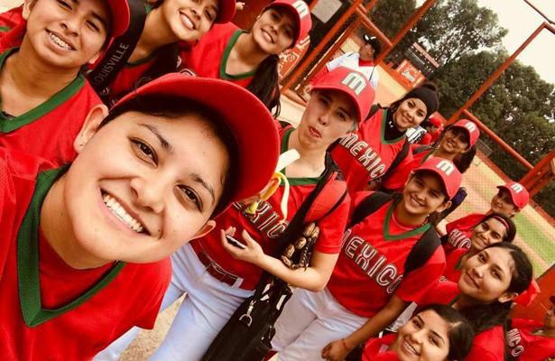La beisbolista sudcaliforniana Thalía Villavicencio Sepúlveda con sus compañeras de la preselección nacional. Cortesía / El Sudcaliforniano