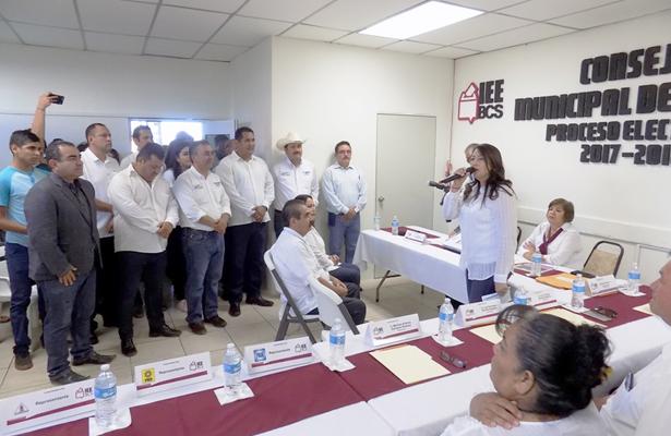 Arely Arce realizó su registro como candidata