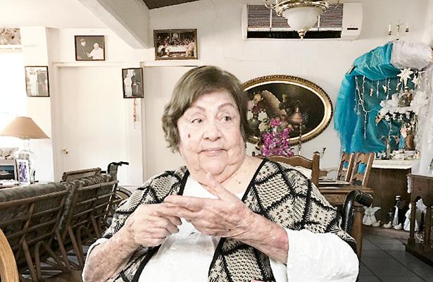 Entregan reconocimiento a doña Gloria Davis de Benzinguer