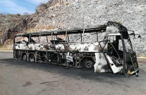 Autobús de pasajeros es consumido por las llamas