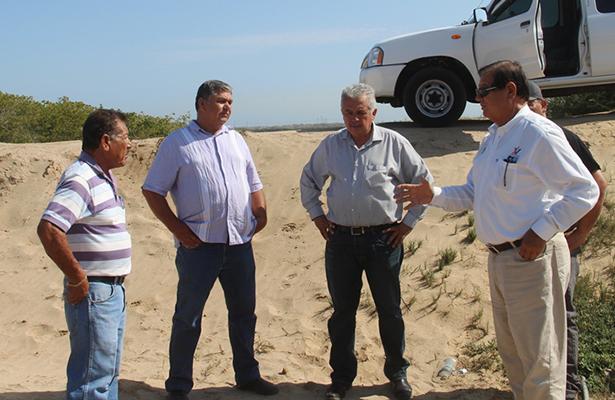 Acompañado del secretario general, el alcalde Humberto Gutiérrez  instruye a delegado de San Carlos sobre acciones preventivas ante amenaza de huracán Bud. Cortesía / El Sudcaliforniano
