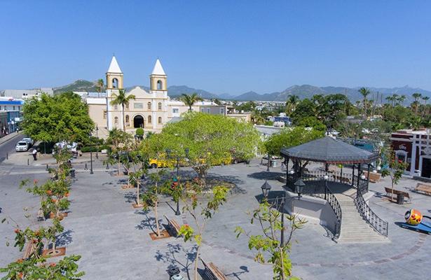 Entrega Carlos Mendoza Davis remodelación de Plaza Mijares en Los Cabos