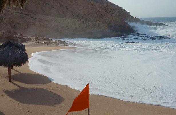 Playa Cabo oleja bandera roja